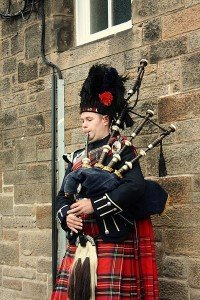 2013-10-20 400px-Bagpiper_in_Edinburgh_001 - Wikimedia Commons (400x600)